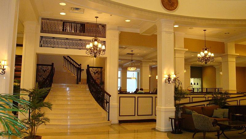 800px-Lobbystaircaseoftherenovatedhotelkingedwardms